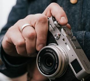 极速体育:富士推出带有固定23mm F2镜头的X100V 售价1400美元