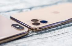 苹果iPhone11ProMax拆箱显然显示随附的配件和与其他高档设备的比较