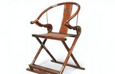 这把古老的罕见的木制折叠椅在拍卖会上以850万美元的价格售出